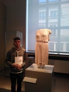 die Frau ohne Kopf und Arme mit megaweichem Kleid